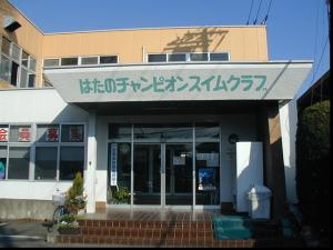 バス通りに面した建物です。