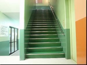 地下にあるプールへと続く階段---------------------------